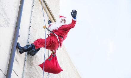 Babbi Natale acrobatici sul tetto del SS Annunziata